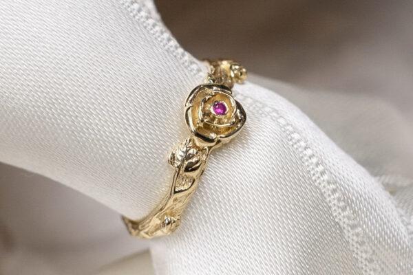 Золотое кольцо с рубином и розой
