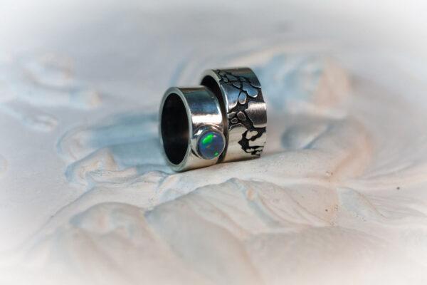 Свадебные кольца с черным опалом и узором