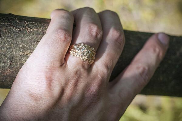 Мужское кольцо из золота с бриллиантами