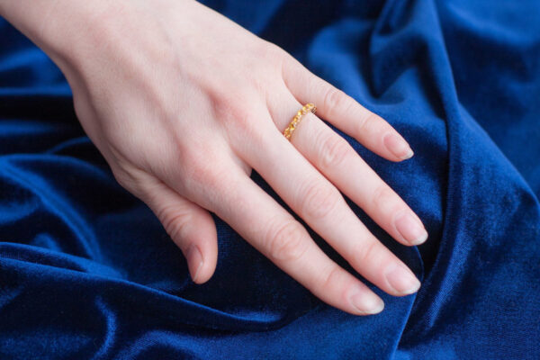 Помолвочное кольцо из золота с сапфирами