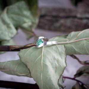 Роскошное кольцо с изумрудом