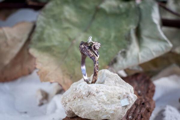 Кольцо-веточка из серебра с хризолитом
