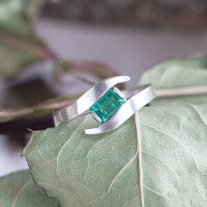 Платиновое кольцо с изумрудом