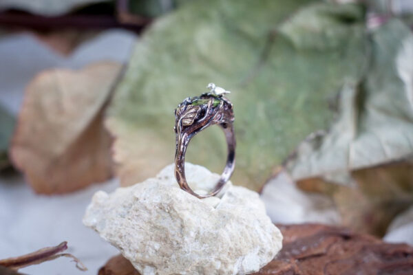 Серебряное кольцо с хризолитом и птичкой