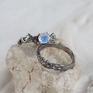 Сет из двух золотых колец с лунным камнем и бриллиантами
