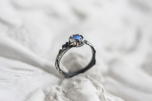 Кольцо-веточка из серебра с лунником