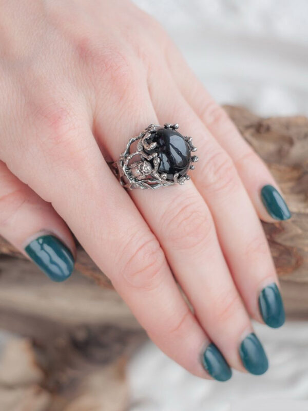 Крупное женское кольцо с ониксом