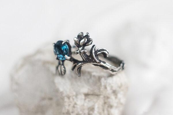 Лесное серебряное кольцо с топазом