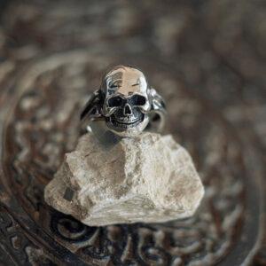 Серебряное мужское кольцо-череп