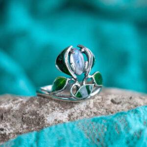 """Кольцо с листьями с горячей эмалью """"РЕНЕ"""" с лунным камнем"""