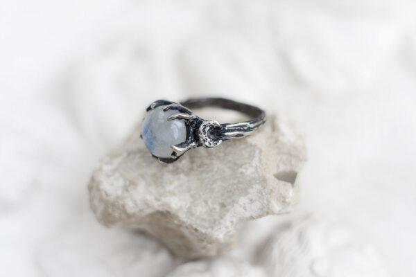 Серебряное кольцо с лунным камнем и полумесяцами