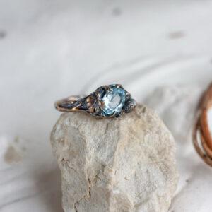 Серебряное кольцо с розой и топазом