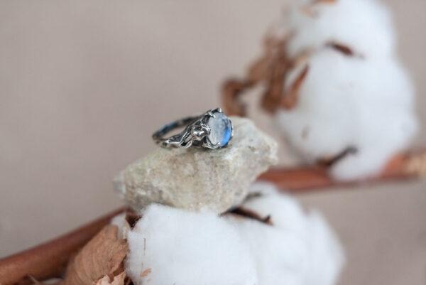 Серебряное кольцо с лунным камнем и розой