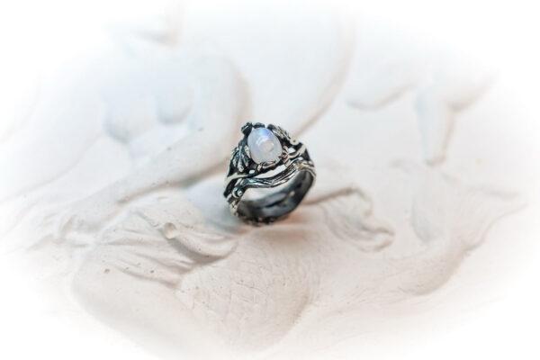 Серебряное кольцо «НИКОЛЬ» с лунным камнем