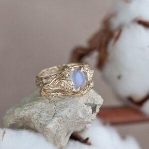Широкое золотое кольцо с лунным камнем