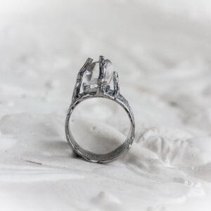 Серебряное кольцо с прозрачным кристаллом