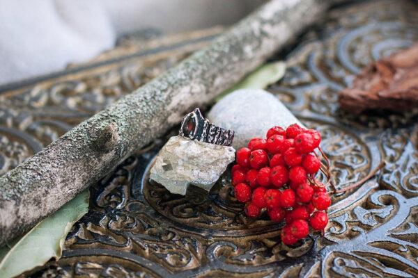 Кольцо с чёрным опалом в форме короны