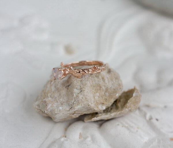 Золотое кольцо-веточка с лунным камнем