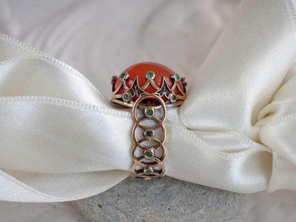 Вечернее кольцо с изумрудами