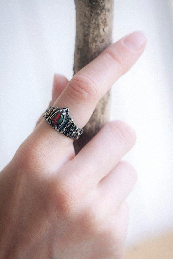 Серебряное кольцо с черным опалом