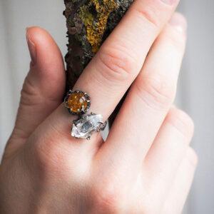 Необычное кольцо из серебра с кристаллом и янтарем
