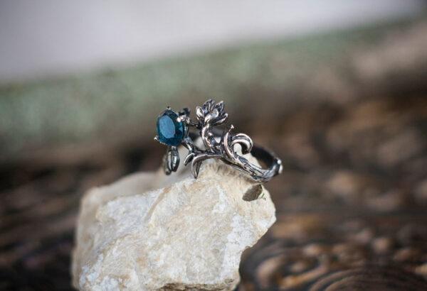 Кольцо-веточка из серебра с топазом