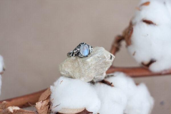 Помолвочное кольцо с лунным камнем и розой
