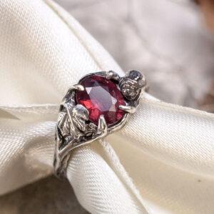 Серебряное кольцо с гранатом и розой
