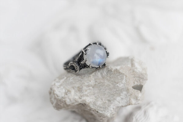 Необычное кольцо с лунным камнем