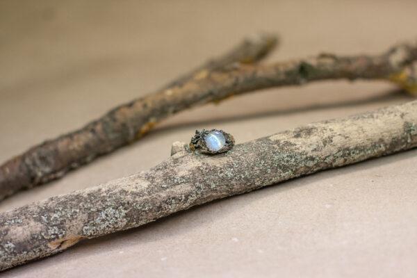 """Серебряное кольцо с лунным камнем или полевым шпатом """"Ашас"""""""