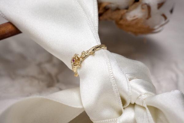 Тонкое золотое кольцо с рубином