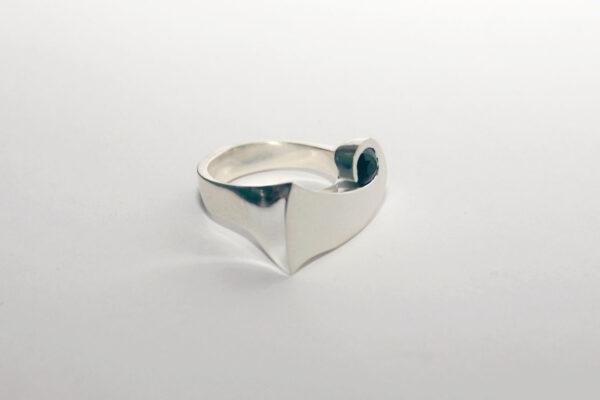 Асимметричное серебряное кольцо