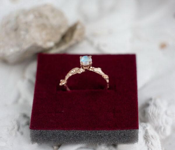Нежное золотое кольцо с радужным лунником