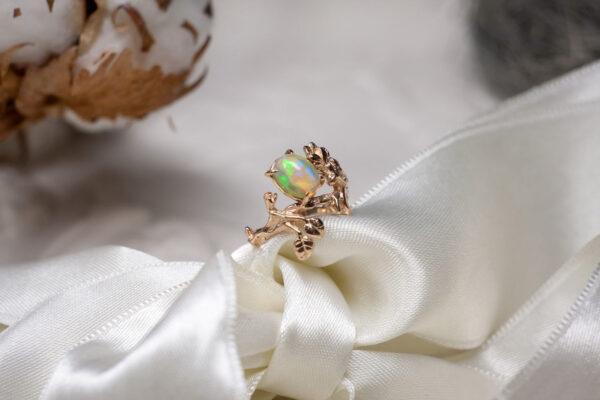 Кольцо из золота с натуральным опалом