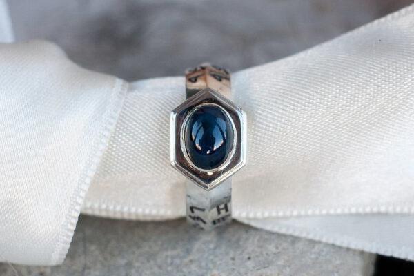 Мужское кольцо с сапфиром и рунами
