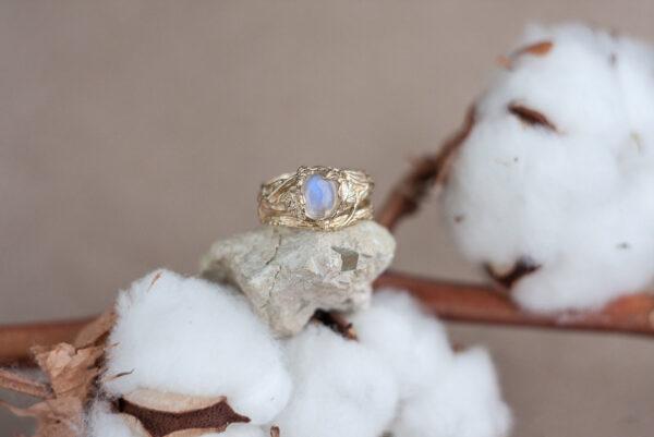 Лесное золотое кольцо с лунным камнем