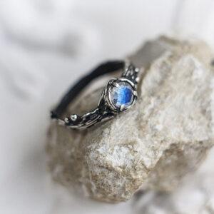 """Тонкое помолвочное кольцо с лунным камнем """"Аморе"""""""