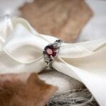 Тонкое серебряное кольцо с гранатом «Angela Rippon»
