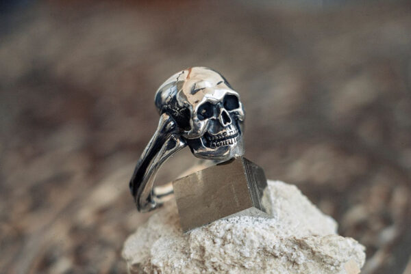 Серебряное кольцо в форме черепа