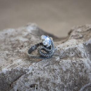 Серебряное кольцо-змея с лунным камнем