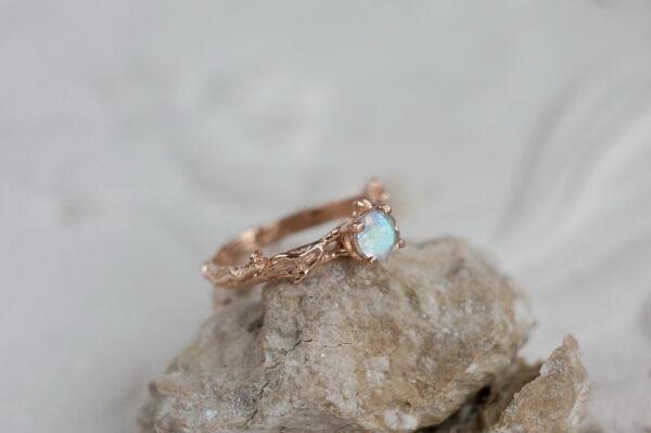 Тонкое золотое кольцо с лунным камнем