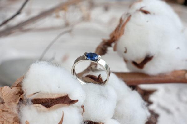Классическое золотое кольцо с сапфиром