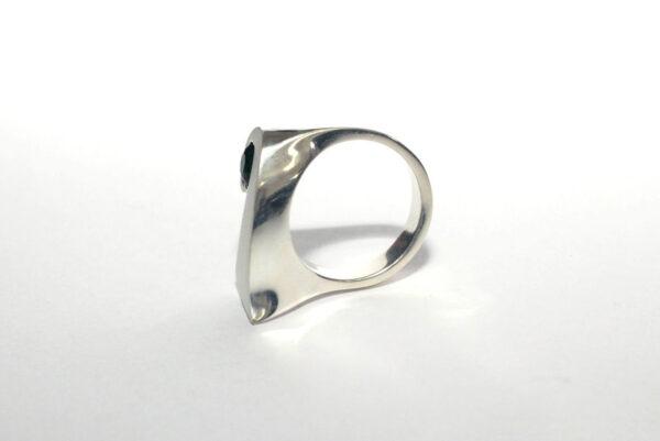 Концептуальное серебряное кольцо
