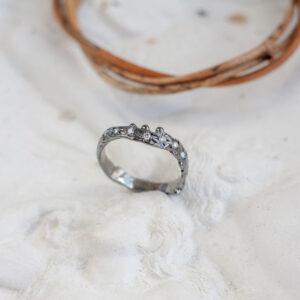 Тонкое золотое кольцо с бриллиантами