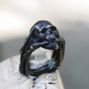 Серебряное мужское кольцо с черепом «Призрачный гонщик» (чернёное)