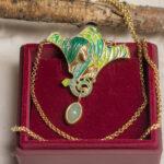 Кулон-брошь с горячей эмалью и нефритом в стиле Ар Нуво