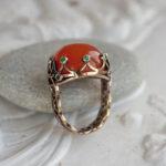 Золотое кольцо с сердоликом и изумрудами