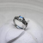 тонкое кольцо с лунным камнем