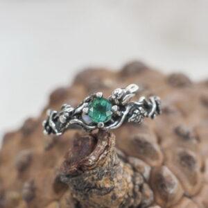 Помолвочное кольцо с изумрудом