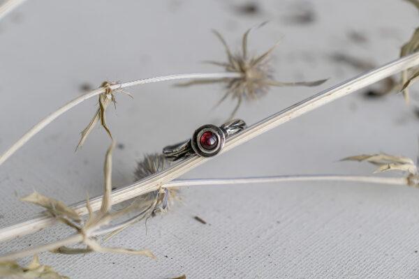 Нежное кольцо-веточка с гранатом